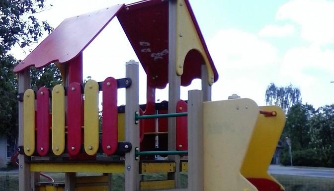 Iļģuciemā kāds pusaudžu grupējums izdemolē bērnudārza teritoriju