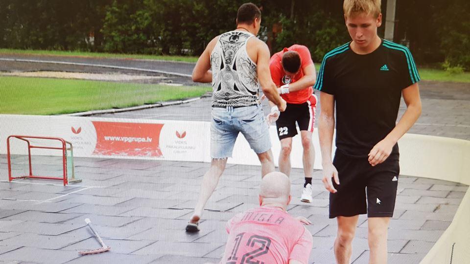 Skandāls Carnikavā – deputāts daudzu cilvēku klātbūtnē brutāli piekauj spēlētāju; Vainīgajam deputātam vietējie iedevuši skarbu iesauku
