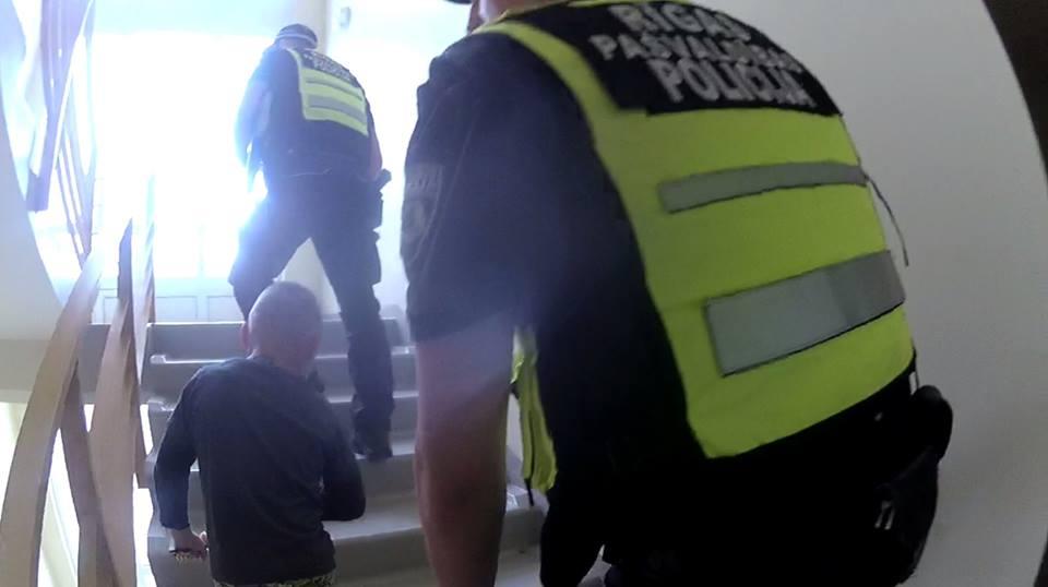 Sešgadnieks viens klaiņo pa Ziepniekkalna ielām, kamēr vecāki alkohola reibumā mājās guļ