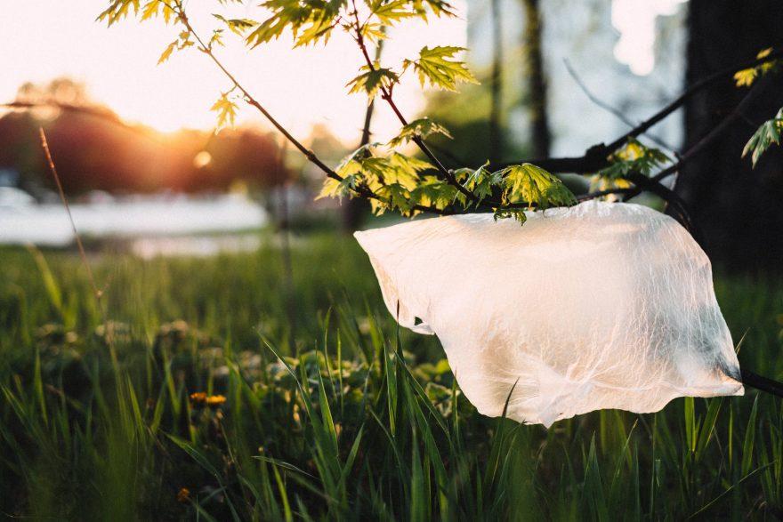 No nākamā gada Latvijas veikalos vairs nebūs pieejami bezmaksas plastmasas maisiņi
