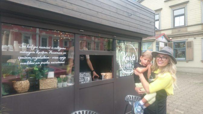 """""""Mēs neprasām ziedot, mēs cītīgi strādājam""""; Rīgā atvērta kafijas namiņa peļņu nozirzīs maza zēna rehabilitācijai"""