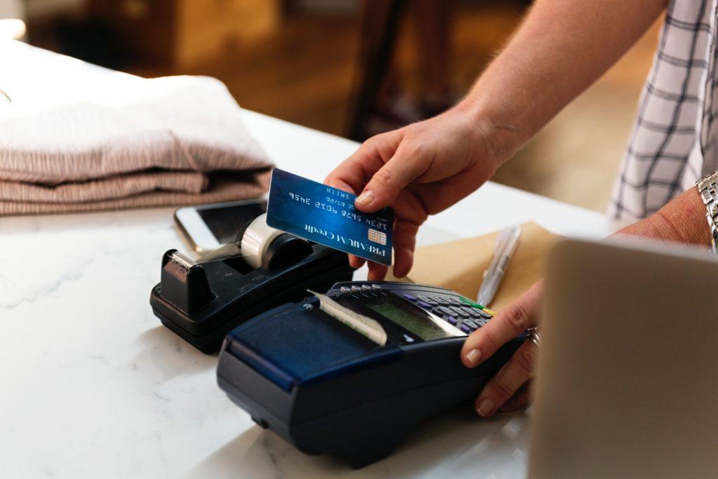 """Laikraksts: Sievietei pēc daudziem gadiem """"virsū metas"""" kredītkartes parādpiedzinēji, bet viņa cīnās pretīm; Spēcīgs piemērs, ka vajag cīnīties"""