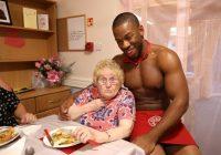 Aprūpes mājā vecām dāmām vakariņas pasniedz čipendeiļi