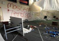 """Rasisti vandāļi uz Islāmas skolas sienām ar flakonu uzpūš svastiku un uzrakstu """"musulmaņu teroristi"""""""