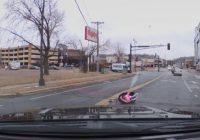 Divgadīga meitenīte izlido no automašīnas un nonāk uz ceļa pēc tam, kad mātei neizdodas pareizi nostiprināt automašīnas sēdekli