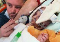 Bezpalīdzīgi vecāki gaida, kad varēs iegūt jaunu sirdi mazulim, kuram var būt ir atlicis nodzīvot tikai pāris stundas