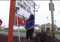 Darbinieks konfrontē veikala īpašnieci ar 258.5 miljonu dolāru vērtu loterijas biļeti, kas nopirkta viņas veikalā