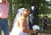 Sieviete salaulājas ar zombiju lelli, precības esot bijušas perfektas