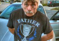 """Vīrietis ar uzrakstu uz krekla """"Gada tētis"""" arestēts par bērnu seksuālu izmantošanu"""