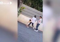 VIDEO: Mamma iesper savai trīsgadīgajai meitai modelei, jo viņa bija pārāk nogurusi, lai turpinātu fotosesiju