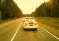 VIDEO: Policijas auto maldina mikroautobusa šoferi apzināti vai soda atbilstoši likumam?