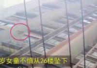 Aizmukšana no nāves – sešgadīga meitenīte no Ķīnas nokrīt no 26. stāva, pieceļas un aiziet