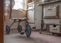 Krievijā vectētiņš alkoholiķis iestumj liesmojošā krāsnī savu 2 gadus veco mazbērnu