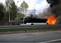 """VIDEO: Babītē liesmas pārņēmušas """"Rīgas Satiksmes"""" maršruta autobusu"""