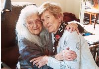 Brīnumaina atkalredzēšanās – sieviete no Īrijas pēc 60 gadu ilgiem meklējumiem atradusi savu 103. gadus veco māti