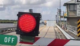 VIDEO: Šoferis ar mašīnu centās pārlekt pāri paceļamajam tiltam, tas beidzās ar divu cilvēku nāvi