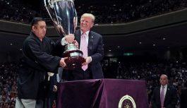 """FOTO: Donalds Tramps izbauda sumo turnīru Japānā un nosauc to par """"neticamu vakaru"""""""