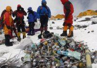 Līķi, plastmasas iepakojumi, pudeles un alpīnistu aprīkojumi: Everesta virsotnē cīnās ar atkritumiem