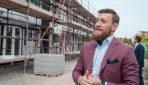 Konors Makgregors būvē mājas ģimenēm, kas palikušas bez pajumtes