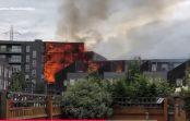 VIDEO: Londonas austrumos caur dzīvokļu kvartālu plosās milzīgs ugunsgrēks