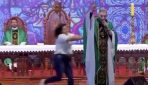 VIDEO: Sieviete aizlidina priesteri no skatuves; Spriežat paši, vai grūdiena iemesls bija pamatots