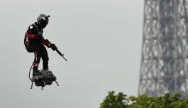 VIDEO: Uzņēmējs izgudro lidojošu dēli un parādē Parīzē ar ieroci lidinās virs prezidentiem un citiem Eiropas līderiem