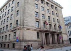 """No Finanšu ministrijas ēkas jumta nokrīt un mirst uzņēmuma """"RK Līvi"""" darbinieks"""