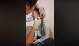 Mīlīgākā nolamāšanās – par interneta hitu kļūst video, kurā meitenītei no Latvijas caurdur ausis