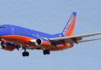 Pilots pēc pacelšanās atgrieza lidmašīnu atpakaļ lidostā un vienam no pasažieriem tika lūgts atstāt bortu